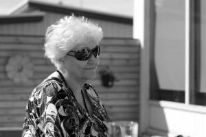 Hrefna Ólafsdóttir í garðinum heima á Bjarnhólastíg í júlí 2013